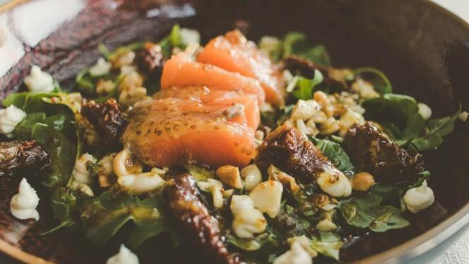 Ensalada de salmón marinado, queso de cabra, rúcula, vinagreta de miel y mostaza. - Meet, Getafe