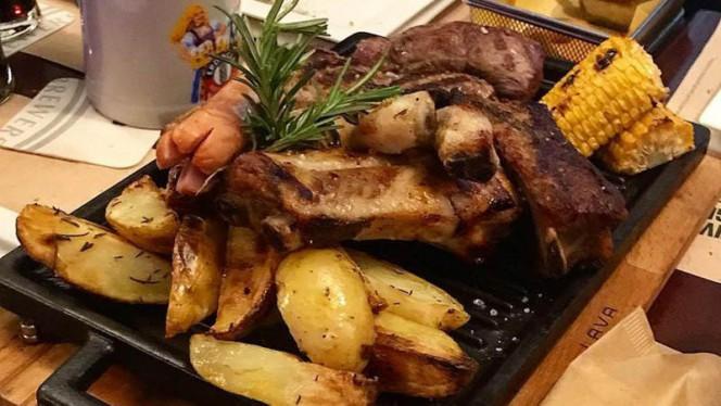 Costine di maiale con patate al forno e pannocchia - History Pub,