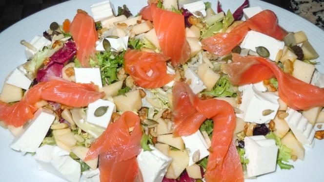 Ensalada de salmón con frutos secos - La Estrella de Aranjuez, Aranjuez