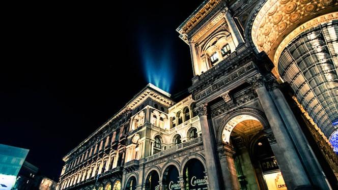 Esterno dal basso Terrazza e Galleria - Duomo 21 Terrace, Milan