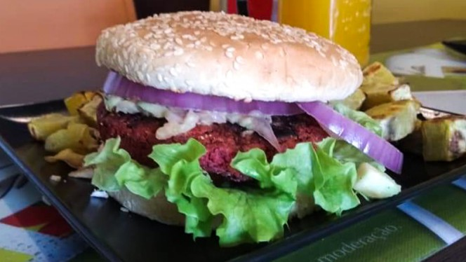 Sugestão da chef - Hambúrguer vegetariano de beterraba - Izzy Casual Food, Lisboa