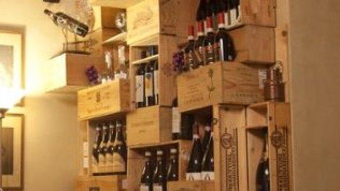 bottiglie disposte in modo originale - Da Luigi, Milan