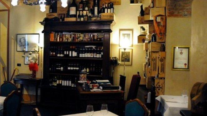 vasto assortimento di vini sullo sfondo - Da Luigi, Milan