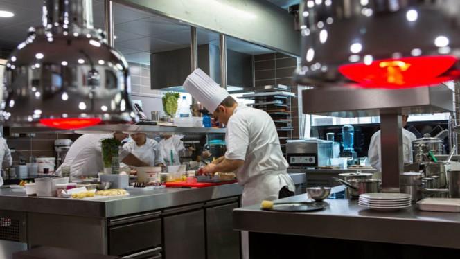 Chef et l'équipe en cuisine - Le Neuvième Art, Lyon