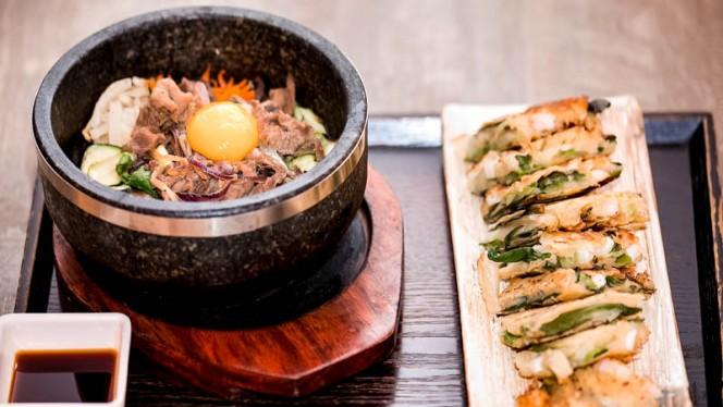Bibimbab, un piatto piu' tipico coreano, un piatto da mischiare il riso con verdure - Hana Ristorante Coreano, Milan