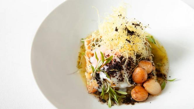 Bacalhau à brás bacalhau assado em alho e azeite, ovo bt, fios de batata, pó de azeitona, cebola anchovada - Can The Can, Lisboa