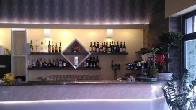 bancone con bottiglie in vista - Den, Milan