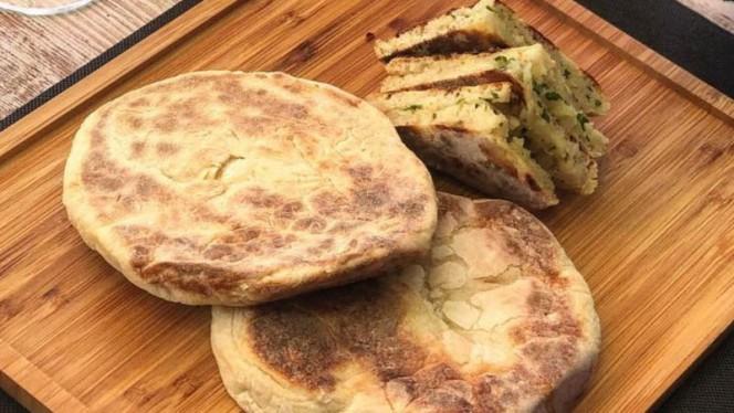 bolo do caco (pan de batata) - C&B Cocina y Barbacoa, Madrid