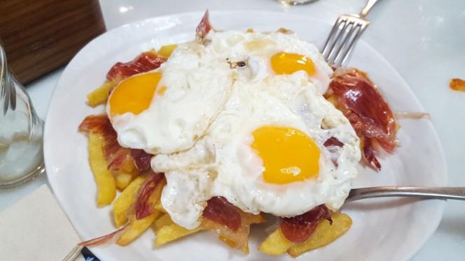 Huevos Rotos con Jamón - La Zarzamora, Madrid