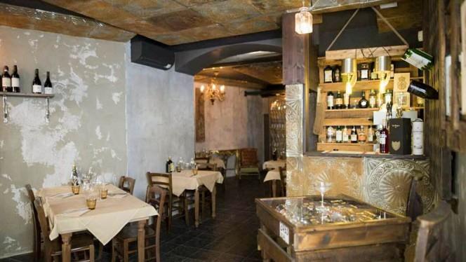 bancone per aperitivi vecchia Milano - El Mora, Milan