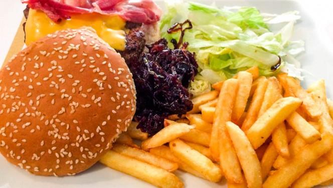 hamburger con bacon e cipolla dolce - Conterosso27, Milano