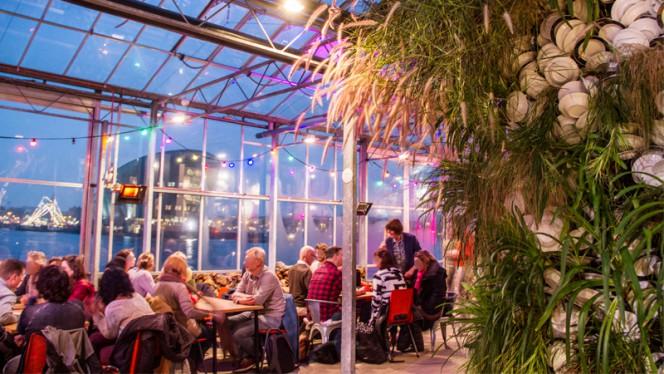 Restaurant met uitzicht op Nemo en kunstwerk Hard Water - Mediamatic ETEN, Amsterdam