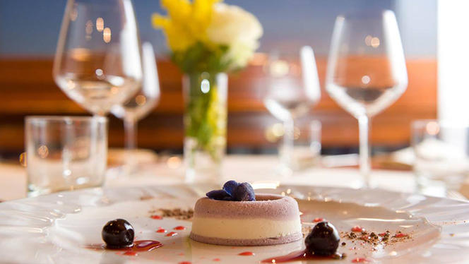 Mousse alla violetta e semifreddo al lime, amarene sciroppate e viole candite - La Taverna di Fra' Fiusch,