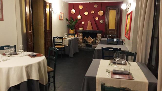 Sala interna con camino - La Taverna di Fra' Fiusch,