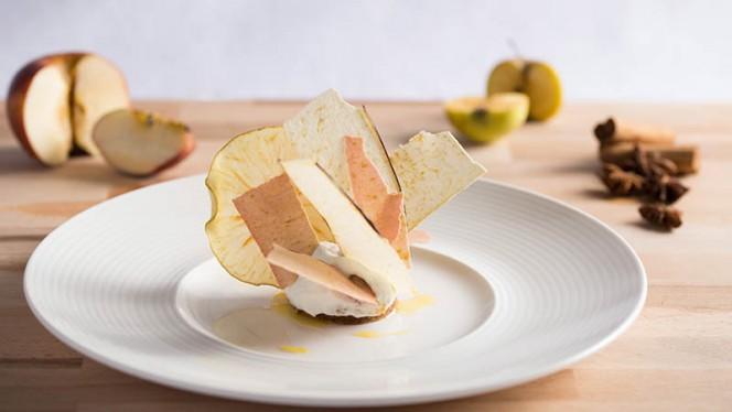 Varietà di mele e pecan nella cupola cremosa e croccante dello Chef Pasticcere - Derby Grill, Monza