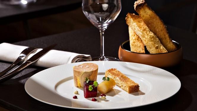 LE FOIE GRAS. De canard confit au naturel, condiment betterave, orange & xérès, brioche toastée. - Sixty-Two, Toulouse