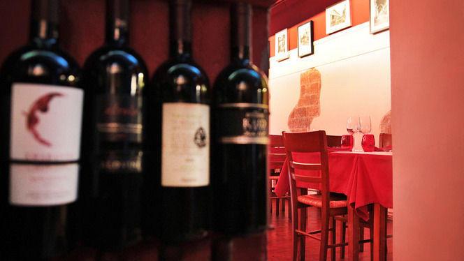 Detalle botellas y mesa - L'Osteria del Contadino, Barcelona