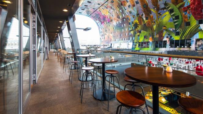 Het balkon met uitzicht over de Markthal - BasQ kitchen Markthal Rotterdam, Rotterdam