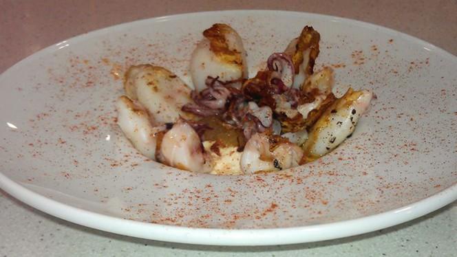 Calamarcitos a la Plancha con Cebolla Caramelizada y Humus - Casa Candy, Valencia