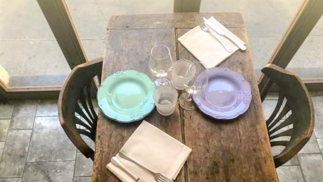 particolare tavolo - L'Altrimenti ci Arrabbiamo, Milan