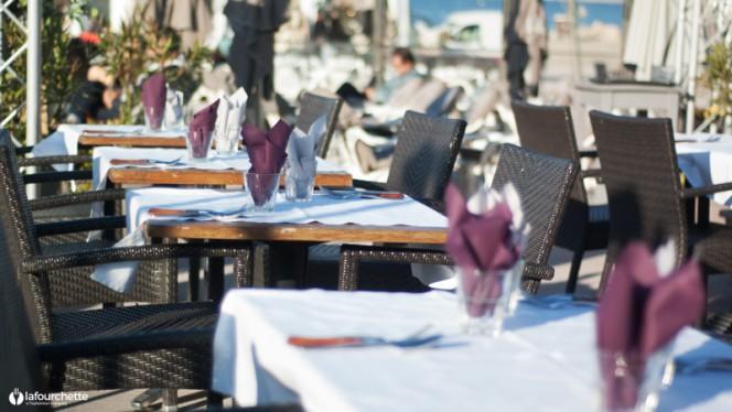 Tables sur la terrasse - Equinoxe, Marseille
