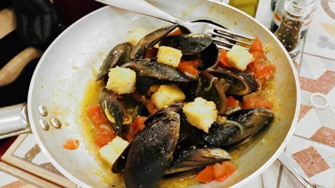 Cozze con scalogna, pomodoro fresco, basilico e toscano - Osteria del Sole, Cesenatico
