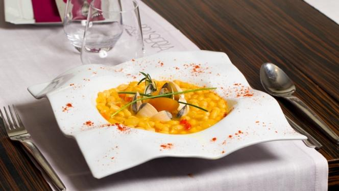 Vista mesa y plato - Brasería Aurrera, Benidorm