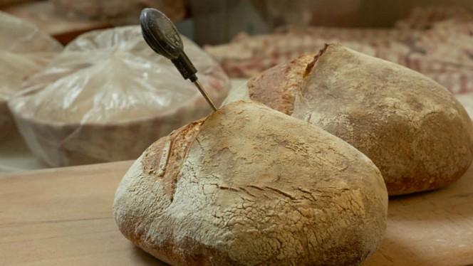 Het brood uit eigen bakkerij van een oergezonde desemcultuur. - Restaurant As, Amsterdam