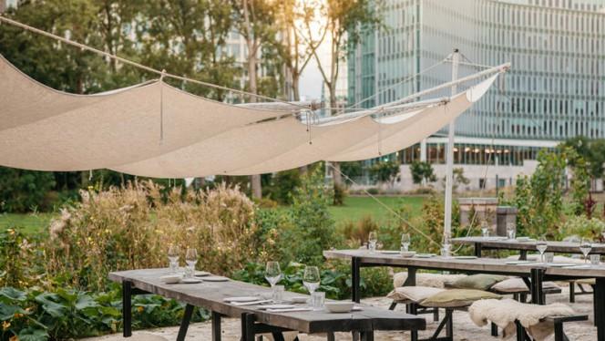 Het terrAs aan de zuidzijde heeft capaciteit voor groepen tot 80 personen ideaal voor een borrel of barbecue met zicht op de vijver en het park. - Restaurant As, Amsterdam