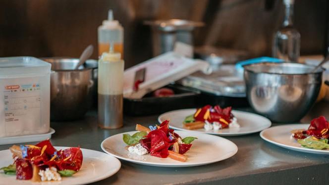 Wij houden van puur koken. We koken lekkere gerechten waarin je de invloeden van seizoen en klimaat meteen terugziet. - Restaurant As, Amsterdam