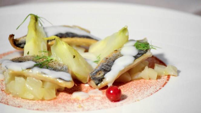 Sgombro marinato, ribes, aglio fermentato e finocchio - Ristorante Corbezzoli, Bologna