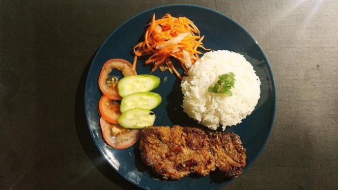 Cotelette de porc marinée à la cotronnelle et grillée, riz nature, pickles maison, crudités - Chez Banoi, Lyon
