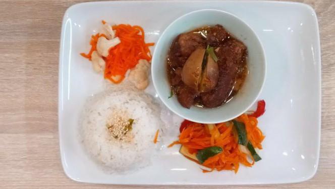 Porc caramélisé et mijoté au lait de coco, riz nature, légumes croquants, pickles maison - Chez Banoi, Lyon