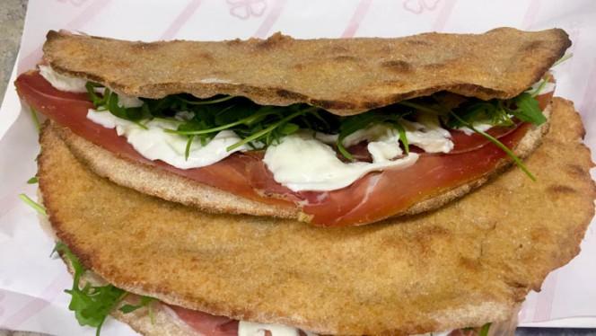 Calzoni ripieni con impasto integrale - Pizzeria Mimì Cocó, Rome