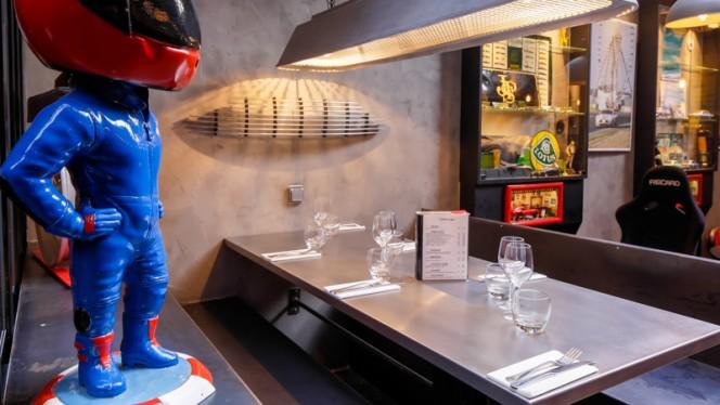 Détail table - Auto Passion Café, Paris
