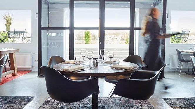 Interieur restaurant met zicht op het terras - Restaurant Aan de Oever bij Mooirivier, Dalfsen