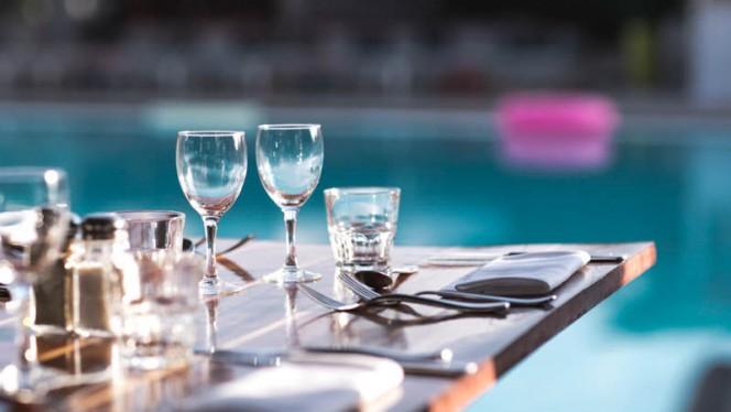Terrasse en bord de piscine - SportBeach, Marseille