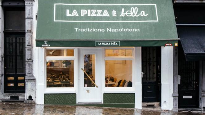 Façade - La Pizza è Bella, Brussels