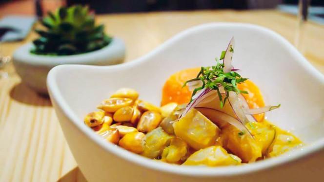 Ceviche clásico de dorada, boniato, maíz crujiente, cilantro y cebolla morada - Tendetes Gourmet, Valencia
