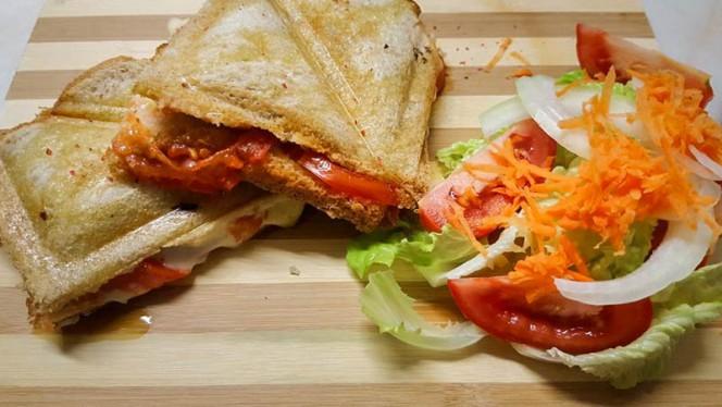 Toste de Queijo e Tomate + Salada - Rosa da Bica, Lisboa
