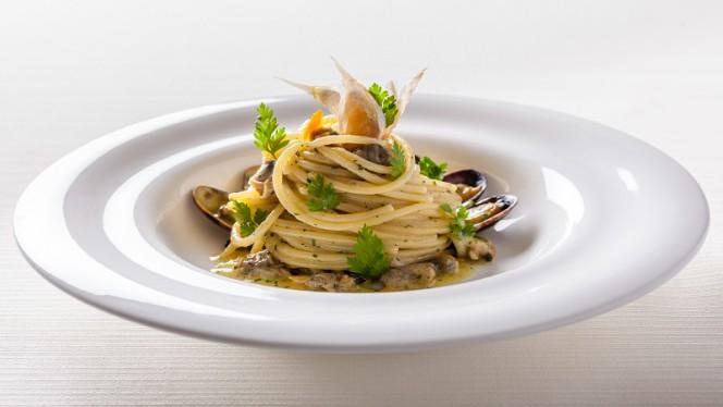 Spaghetti con vongole veraci, aglio e prezzemolo - Il Giardino, Rome