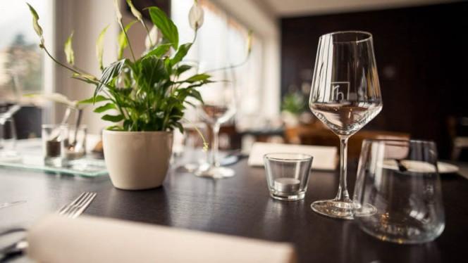 dettaglio tavolo - Ritterhof, Caldaro