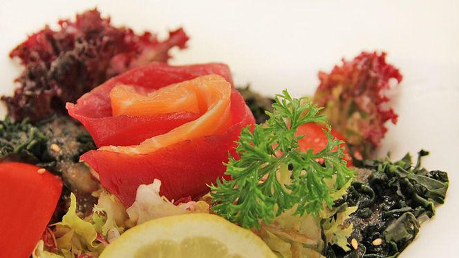 detalle ensalada de salmón - Ramen Dining Yú, Barcelona