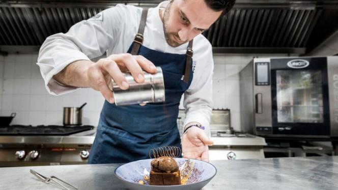 Fran Vicente preparando un Brownie en la cocina - El Sainete, Madrid