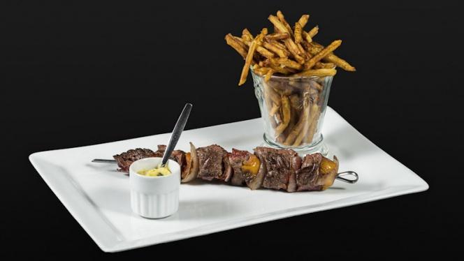 Brochette de Boeuf, sauce béarnaise et frites maison. - Paradou, Sausset-les-Pins
