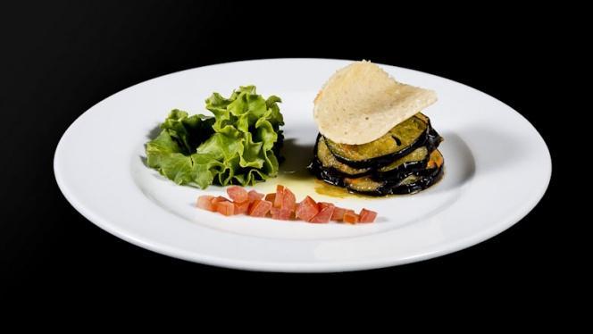 Millefeuille d'aubergines, jambon cru, tuile de parmesan - Paradou, Sausset-les-Pins
