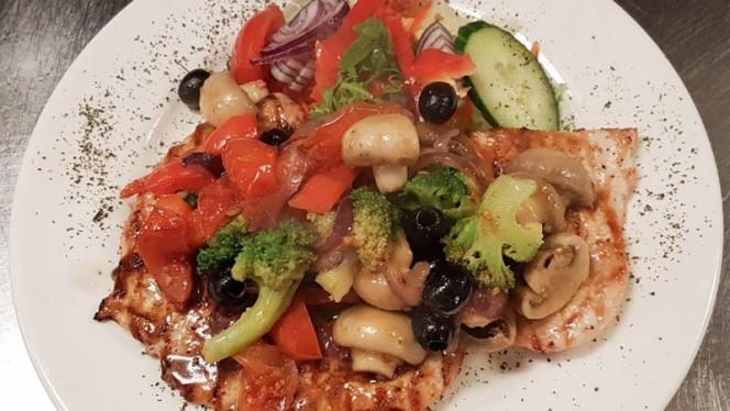 Kip met Groenten geserveerd met Friet of Rijst&Salade - La Santa Maria International Dinner, Amsterdam