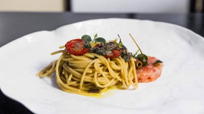Spaghetti con olive schiacciate e acciughe del cantabrico, fior di cappero e battuta di gamberi rossi profumati al lime - Ristorante ARYA, Milan