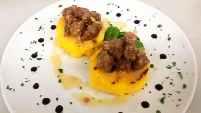 Crostini di Polenta Grigliati Ricoperti di Zola Fuso e Luganega - Sapore puro, Bergamo