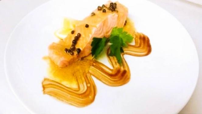 Trancio di Salmone al Vapore con Salsa al Pepe Verde - Sapore puro, Bergamo